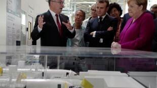 Angela Merkel et Emmanuel Macron, en compagnie de Philippe Mhun, à la tête des nouveaux programmes d'avions commerciaux et des services chez Airbus. Toulouse, ce mercredi 16 octobre 2019.