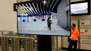 广深港高铁香港西九龙站一电视屏幕显示区隔香港与内地的黄线,提醒游客自此将进入内地法律管辖。图片摄于2018年9月1日