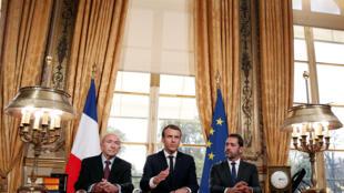 O presidente francês Emmanuel Macron (ao centro) durante coletiva de imprensa no Palácio do Eliseu em 30 de outubro de 2017.