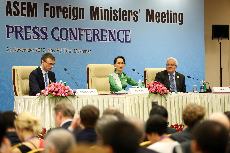 Lãnh đạo Miến Điện Aung San Suu Kyi (G) trong cuộc họp báo tại thượng đỉnh ASEM, ở Naypyidaw, ngày 21/11/2017..