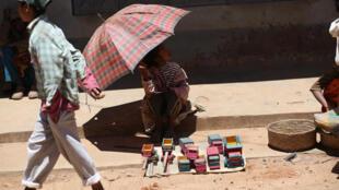 Une vendeuse de jouets, dans une rue d'Ambohibary, à 150 km au sud d'Antananarivo, à Madagascar (image d'illustration).
