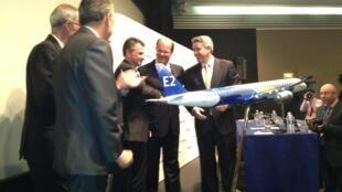O presidente da Embraer, Frederico Fleury Curado (c), durante a apresentação do E2 na Paris Air Show, no aeroporto de Le Bourget, nesta segunda-feira (17).