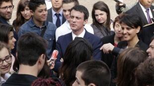 Le chef du gouvernement Manuel Valls et la ministre de l'Education Najat Vallaud-Belkacem dans un lycée de Créteil, en banlieue parisienne, avant le lancement officiel du plan de lutte contre le racisme, le vendredi 17 avril.