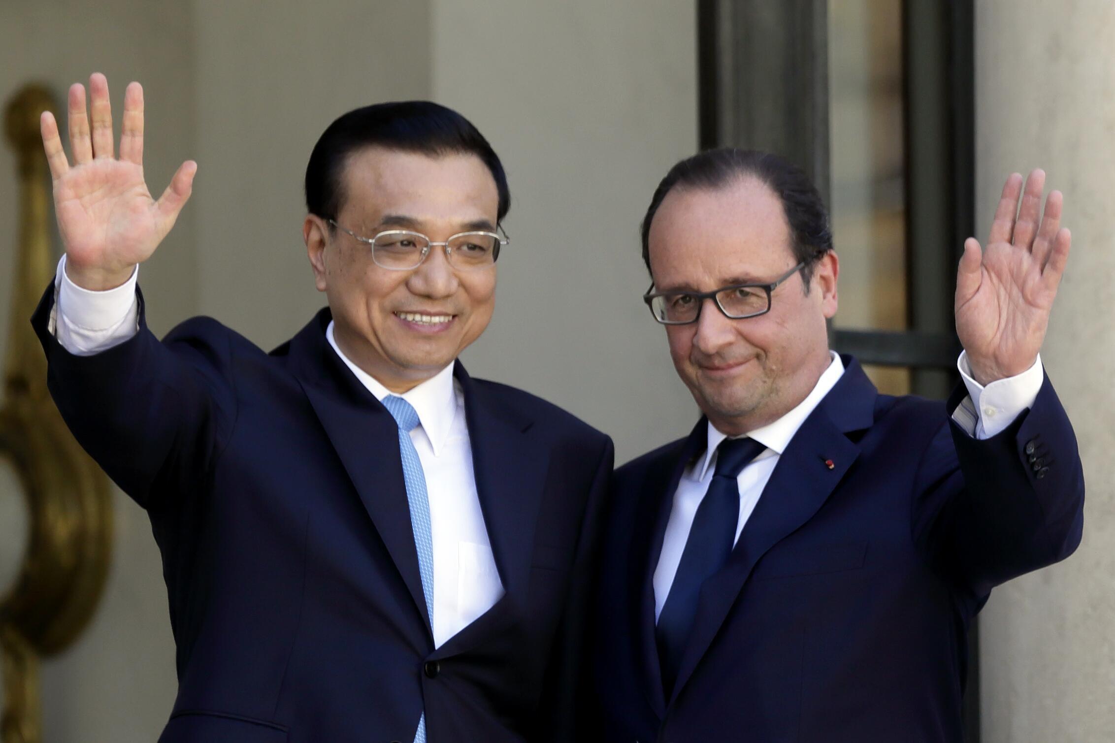 Le président François Hollande et le Premier ministre chinois Li Keqiang sur le perron de l'Elysée, le 30 juin 2015.