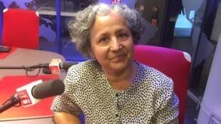 A escritora e pesquisadora Mazé Torquato Chotil nos estúdios da Rádio França Internacional.