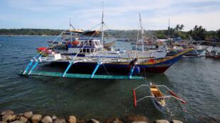 Ngư dân Philippines chuẩn bị tàu đi đánh bắt cá ở khu vực Scarborough ngày 03/11/2016.