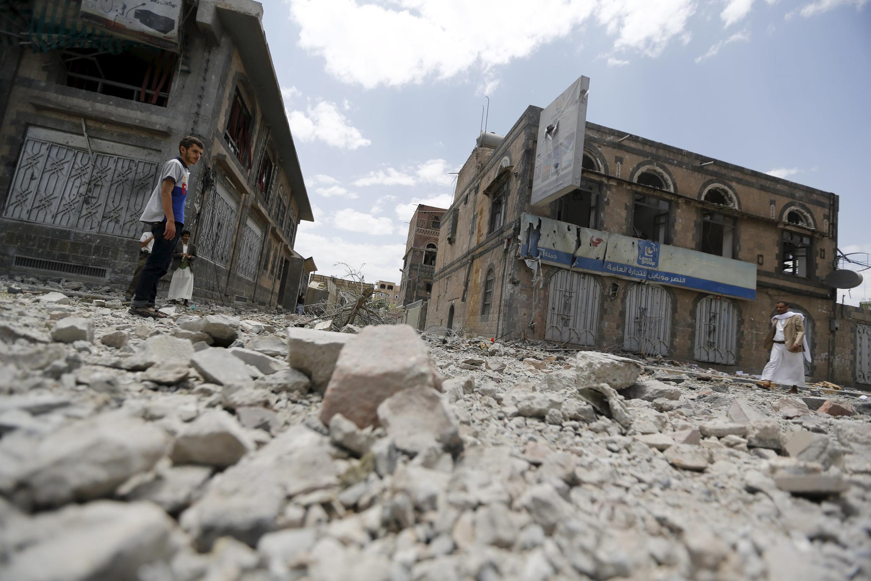 """شب گذشته ٨ ژوئن مناطق متعددی از شهر """"صنعا"""" که در اختیار حوثی هاست، بویژه وزارت دفاع در محله مرکزی شهر، توسط ائتلاف کشورهای منطقه به رهبری عربستان سعودی مورد بمبارانهای هوائی قرار گرفت."""