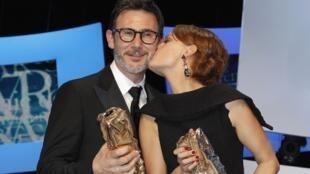 Com o César de melhor diretor, por The Artist, Michel Hazanavicius recebe beijo da esposa, a atriz Bérénice Bejo, que recebeu o prêmio de melhor atriz.