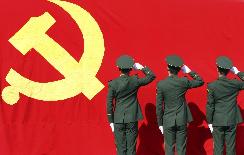 Des militaires venus de la base militaire de Hangzhou pour assurer la sécurité du 18e Congrès du Parti communiste chinois prêtent serment, le 5 novembre  2012.