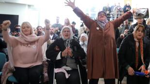 Des femmes réagissent à l'annonce de la condamnation de Ratko Mladic, au Mémorial de Potocari, près de Srebrenica, le 22 novembre 2017.