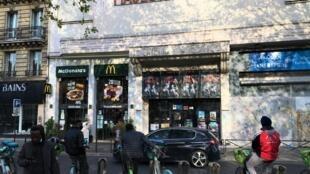 Début mai 2021, la salle de cinéma Majestic Bastille à Paris affiche « Non Essentiel », « le seul film à l'affiche depuis le 30 octobre 2020 », une œuvre de l'artiste Toolate pour dénoncer la fermeture des cinémas pendant la pandémie. © Siegfried Forster / RFI