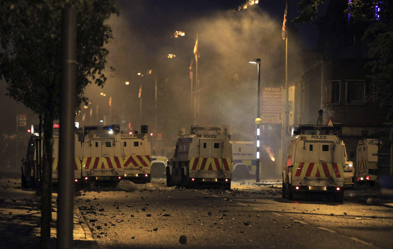 No segundo dia de confrontos entre católicos e protestantes, participantes atacaram os carros da polícia em Belfast na noite desta terça-feira.