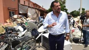 O ministro do Interior da Itália, Matteo Salvini, ao lado de pertences empilhados de ex-moradores do centro de migrantes de Mineo, na Sicília. 09/07/2019.