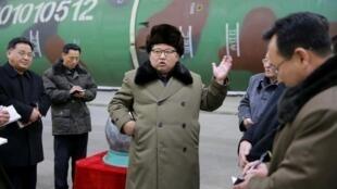 Shugaban Korea ta Arewa Kim Jong Un tare da wasu masana kimiyya da ke aikin inganta makaman Nukiliya a kasar