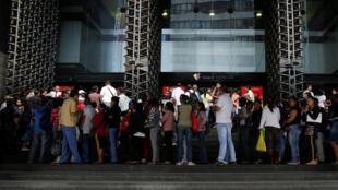 Pessoas fazem fila em frente ao Banco da Venezuela