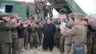 圖為朝鮮領導人金正恩視察朝軍多管火箭發射部隊