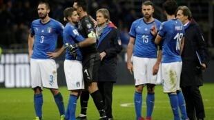 Wasu daga cikin 'yan wasan kasar Italy da suka hada da Gianluigi Buffon, da kuma Andrea Barzagli, bayan wasan da suka tashi 0-0 tsakaninsu da Sweden November 13, 2017.