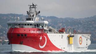 L'Oruç Reis, navire turc de prospection sismique, sur les eaux du Bosphore.