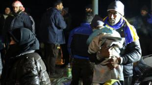 Des personnes évacuées d'Alep arrivent à Rachidine, dans la périphérie sud-ouest d'Alep, tenue par les rebelles, le 19 décembre 2016.