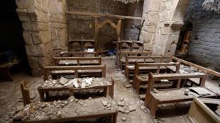 Une vue de l'intérieur de l'église Saint-Sarkis endommagée, dans l'ancienne ville chrétienne de Maaloula, le 14 mai 2014.