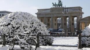 Portal de Brandemburgo coberto pela neve em Berlim, em foto do dia 29 de dezembro de 2014.