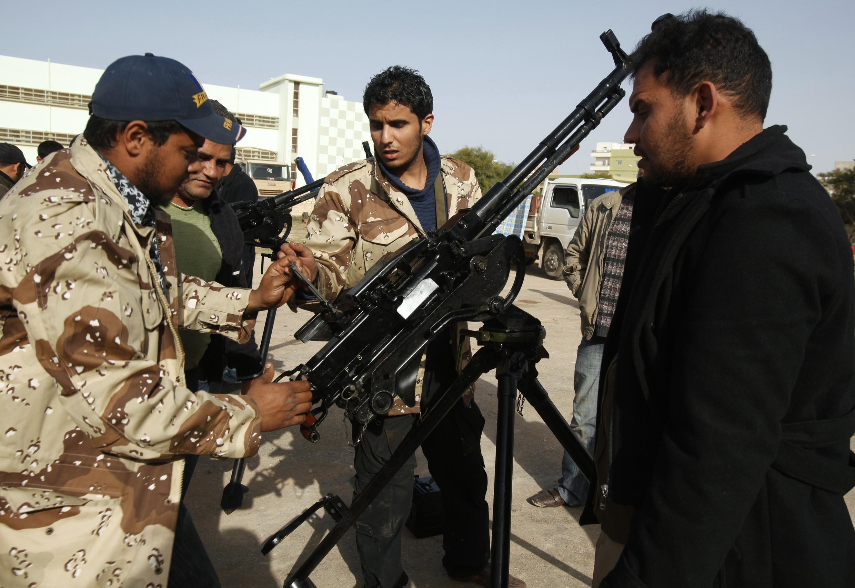 Des volontaires en Libye, se sont formés au maniement d'armes.