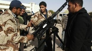 Formation de volontaires au maniement d'armes. Centre de recrutement et d'entraînement, Benghazi (Libye), 1er mars 2011.