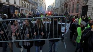 法国民众在总统府前的圣奥诺雷街抗议油价攀升资料图片