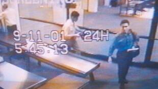 Une caméra de vidéo-surveillance montre Mohammed Atta et Abdulaziz Alomari passant la zone de sécurité de l'aéroport de Portland, le 11 septembre 2001.