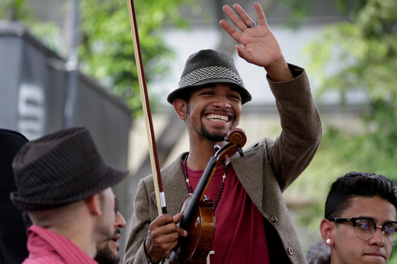 Le violoniste,Wuilly Arteaga (C) devenu le symbole de la liberté et de l'art, vient d'être libéré ce 15 août 2017.  <br> Photo :  Lors d'une manifestation à Caracas le 4 juin 2017.<br/>