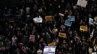 Plusieurs milliers de manifestants se sont rassemblés sur la place Rabon à Tel Aviv le 11 juillet 2020.