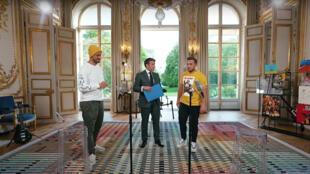 Le président français Emmanuel Macron, entouré des vidéastes Carlito (à gauche), et McFly, postée sur YouTube ce 23 mai 2021.
