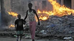 Une mère et son fils dans une banlieue en ruines de Port-au-Prince, le 9 février.
