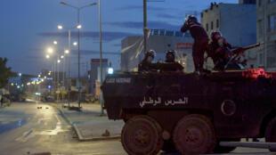 IMAGE Membres des forces de sécurité tunisiennes lors d'émeutes dans la banlieue de Tunis, le 17 janvier 2021.