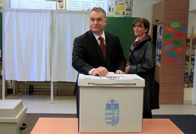 Premiê húngaro, Viktor Orban, e sua esposa, Aniko Levai, votam em Budapeste.