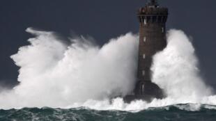 """توفان """"بلا"""" در فرانسه هزاران خانه را از جریان برق محروم کرده است."""