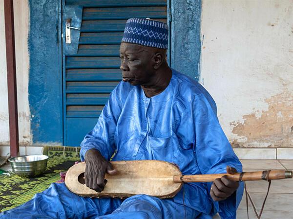Djibo Badjé, dit Dialba, est le plus grand griot historien zarma encore vivant. Il aura bientôt 75 ans.