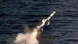 Tên lửa UGM-84 Harpoon được phóng đi từ tàu ngầm (wikipedia.org)