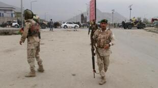 Les forces de sécurité afghanes, sur le lieu de l'attaque perpétrée par les talibans à Kaboul, le 19 avril 2016.