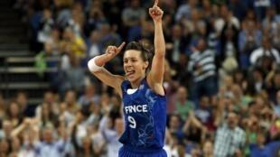 La meneuse Céline Dumerc avec le maillot de l'équipe de France féminine de basket-ball.