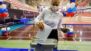 Bỏ phiếu trưng cầu dân ý về cải tổ Hiến pháp Nga. Ảnh chụp tại một đơn vị bỏ phiếu ở Vladivostok, ngày 25/06/2020.