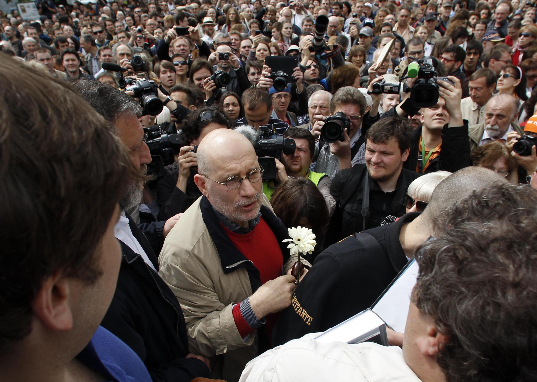 Григорий Чхартишвили (Борис Акунин) в Москве на прогулке писателей