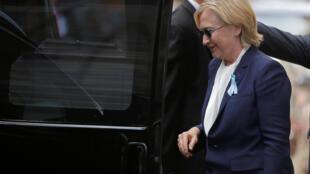 Hillary Clinton a eu un malaise à New York à l'issue des cérémonies de commémoration des attentats du 11-Septembre. Son équipe a dû révéler qu'elle souffrait d'une pneumonie.