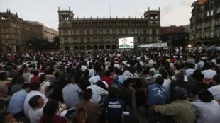 El debate fue emitido en una pantalla gigante, este 10 de junio en la Plaza de la Constitución, México.