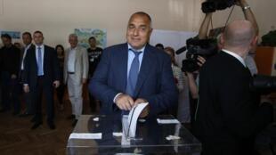 Boïko Borissov, líder de GERB, votando el domingo 12 de mayo en Sofía.