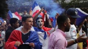 Torcedor francês comemora na Champs-Elysées