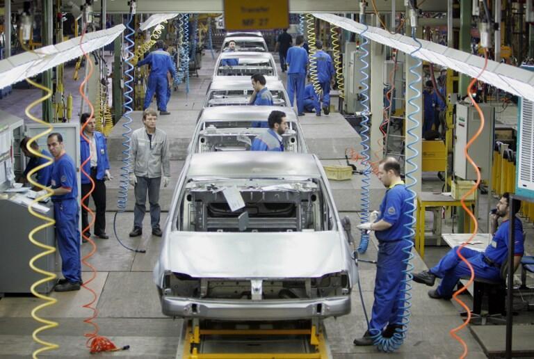 Иранские и французские рабочие работают над созданием Renault Logan на заводе Иран Ходро на севере Тегерана, 7 июля 2007.