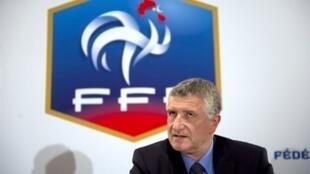 Le Directeur technique national du football français, François Blaquart, lors de la conférence de presse organisée le 29 avril 2011 au siège de la Fédération.