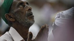 Muçulmanos rezam nas ruas de Londres no início do mês sagrado do ramadã.