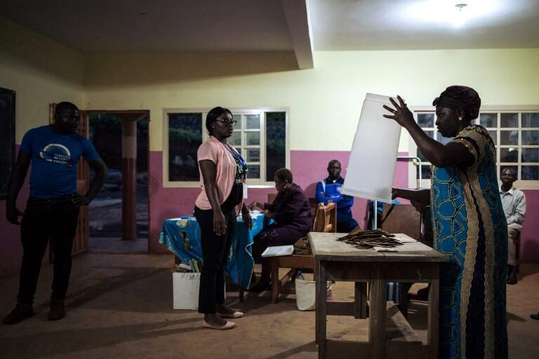 Des officiels de l'organisation Elecam, en charge de la tenue du scrutin, débutent le comptage des voix dans un bureau de vote de la banlieue de Yaoundé le 7 octobre 2018.